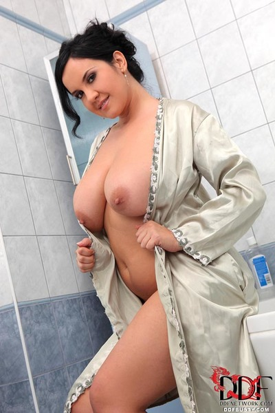 Dark hair plumper Roxana baring enormous solo dear juggs in bathtub