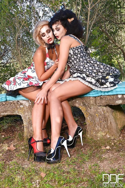 Leggy Euro cosplay enthusiasts Lucy Li and Tracy Lindsay engulfing toes