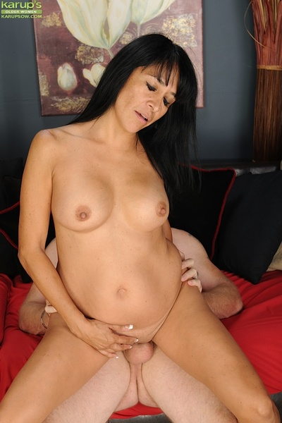 Juggy placid lassie attains her bald wet crack boned-up for sperm on her face