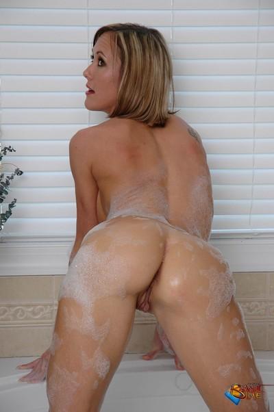 Brandi love takes a washroom