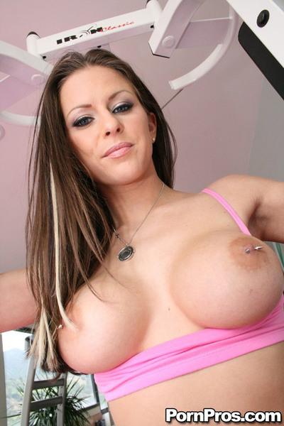 Sports queen with major love bubbles Rachel Roxxx wanking in the gym