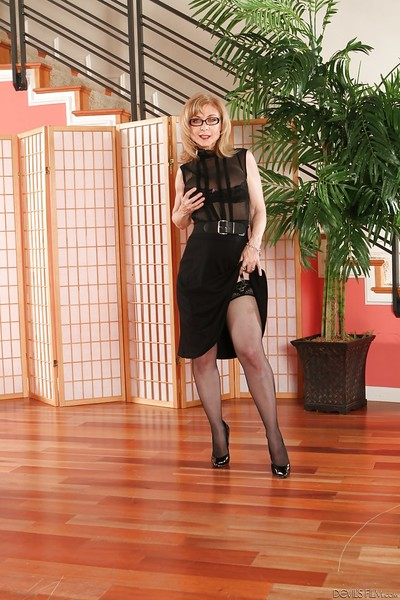 Ready lass with covert legs Nina Hartley shows off in nylons