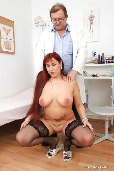 Tattooed milf Darja accepts sexual when sees her gracious doctor