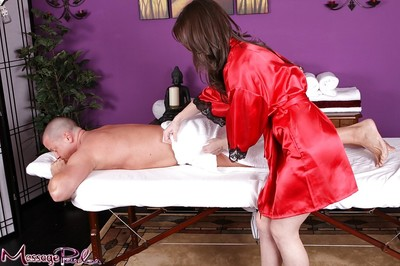 Brunette hair masseuse Jennifer White giving absolutely covered hand gig