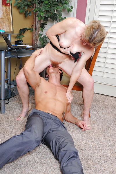 Juvenile queen Austin Scott parks her unshaved wet crack on man