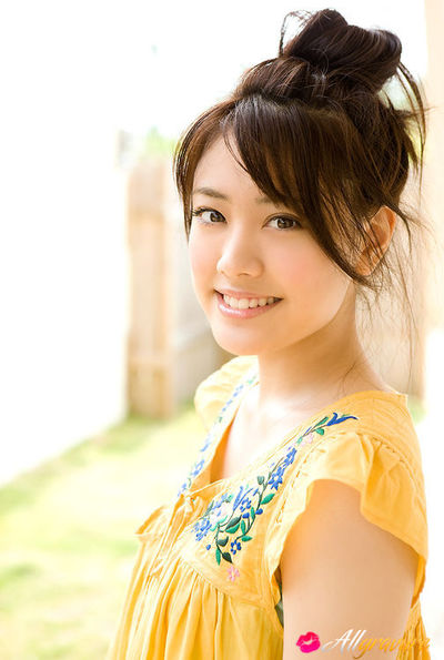 Saki Fukuda Oriental in stunning yellow costume tries to keep garden soggy