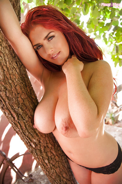 Big-tit redhead bombita Robyn Alexandra is playing with her billibongs