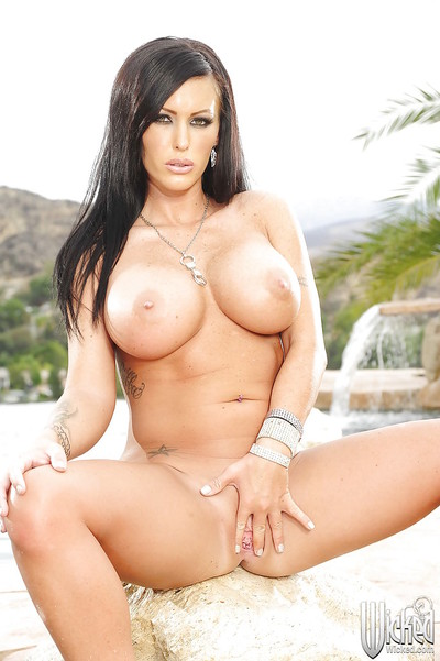 Jenna Presley admirable off her bikini and amplifying her legs outdoor