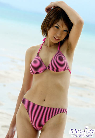 Fuckable oriental chicito Minami Aikawa slipping off her bikini outdoor
