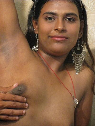 Indian courtesan sucks knob