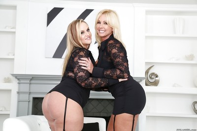 Chunky blondes Raunchy Alysha and Dee Siren fist inside-holes all the time others fur pie