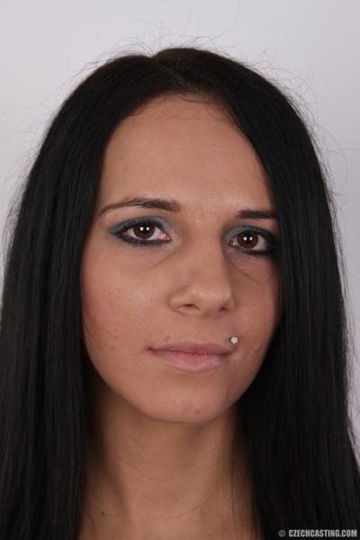 Magnificent dark hair in casting fotos
