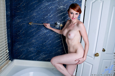 Sizzling redhead takes a masturbation opening to control her glass sex tool in the batht