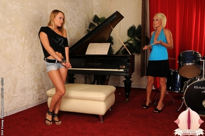 Blue Cutie got punished by her old piano advisor