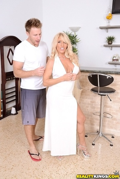 Juggy cougar bangs a thick brawny pole for semen on her face and in her throat