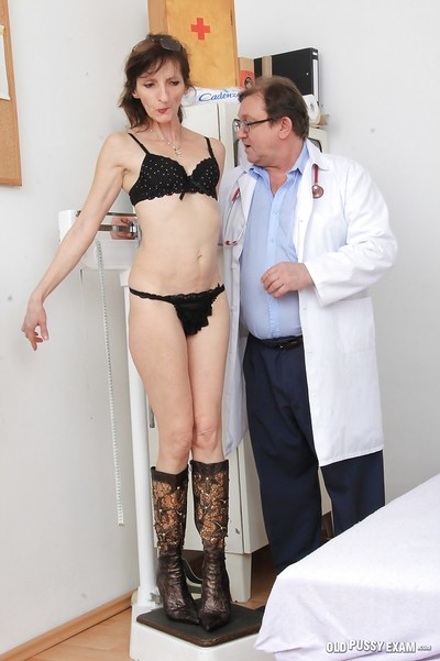 Ripened woman Andula undresses bare for Gyno doctor questioning