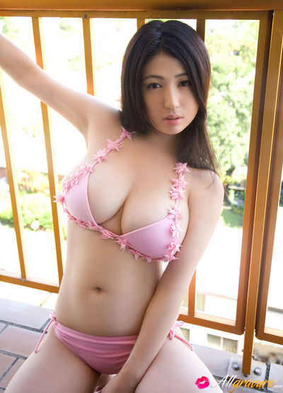 Nonami Takizawa Eastern with generous breasts is erotic on the beach