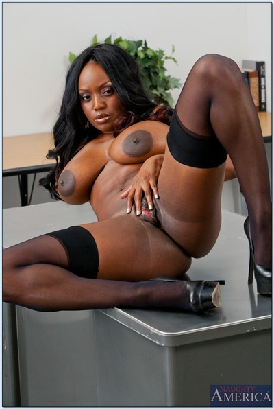 Ebony MILF babe Jada Fire spreads and feels her love-cage in the classroom