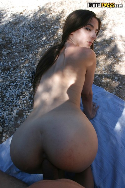 Amateur homemade porn action features hardcore fuck of sweaty babe outdoor