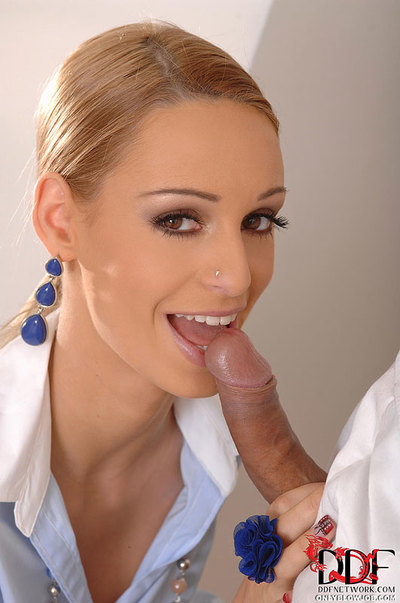 Blonde Deepthroats Obtains Creamed