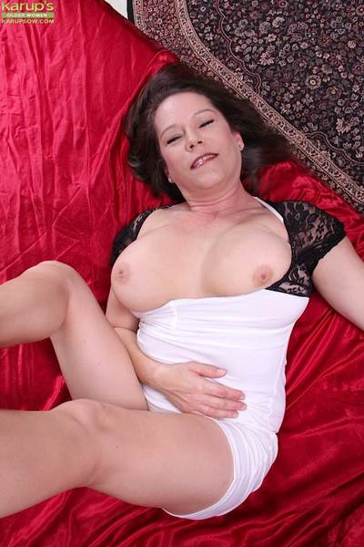 Curvy wife Jane Russell vibrators her adult pussy.
