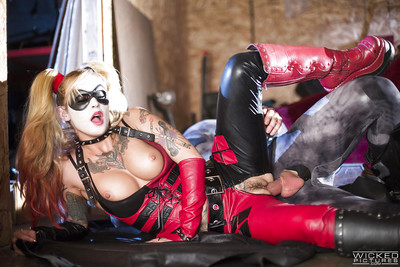 Cosplay pornstar Kleio Valentien attractive a cumshot in mouth from Batman