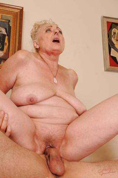 Slutty granny with smooth head cunt sucks and fucks a massive amateur cock