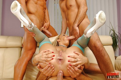 Rounded MILF in stockings Jessica Moore has groupsex and her booty stretch
