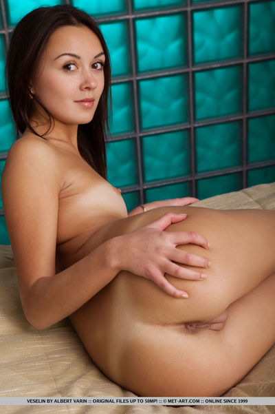 Dark brown solo babe with nice wazoo spreading pussy for glamour photo shoot