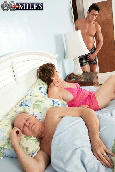 Hubby wakes up and sees his wife sucking cock