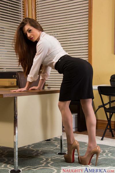 Veronica vain fucks her boss on her ending day