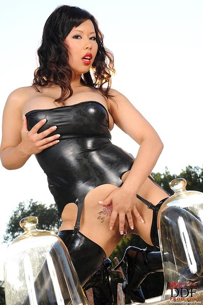 Latex hugs curvy milf Tigerr Benson making her outdoor kink model