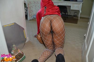 Ebony cosplay chick Carmel Bliss swells pussy in fishnet stockings