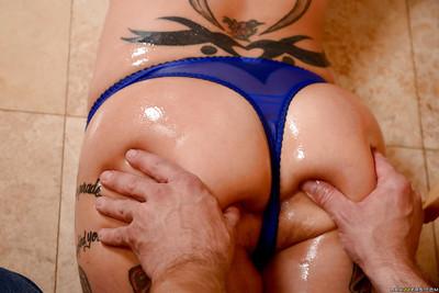 Tattooed MILF pornstar Anna Bell Peaks grand stream of cum in kitchen