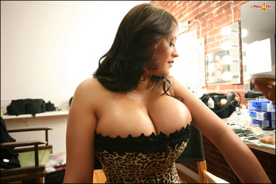 Hot titsy chicito Leanne in leopard corset poses for the live camera