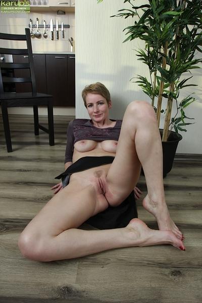 Lean mature blonde Marvelous Nensy fingering gaped shithole and vagina