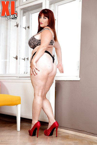 Redheaded BBW Roxee Robinson freeing large saggy apples previous to showering