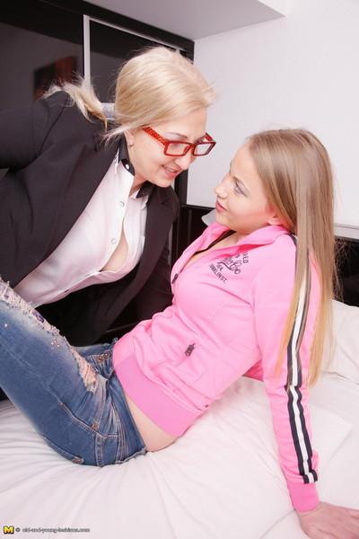 Hot housewife seducing a nasty young girl-on-girl