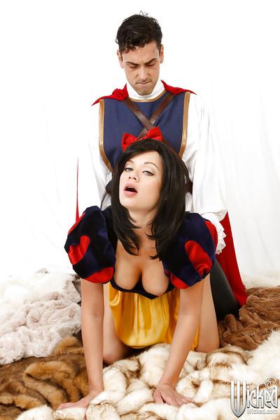 Cosplay pornstar Riley Steele gets uterus licked and deep screwed