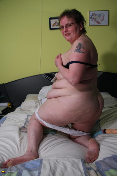 This big mature lady loves to take part in with herself