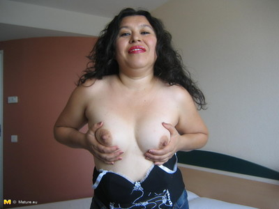Meaty MILF playing with she is using toys