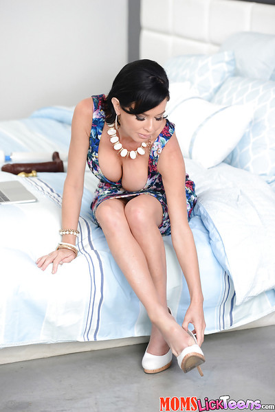 Brunette Latin hottie Veronica Avluv masturbating shaved gentile with Magic Wand