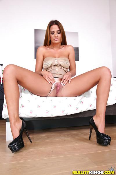 Amateur Euro babe Nicole Vice baring wonderful ass before wanking