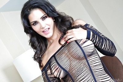Indian pornstar Sunny Leone reveals her stunning milf body