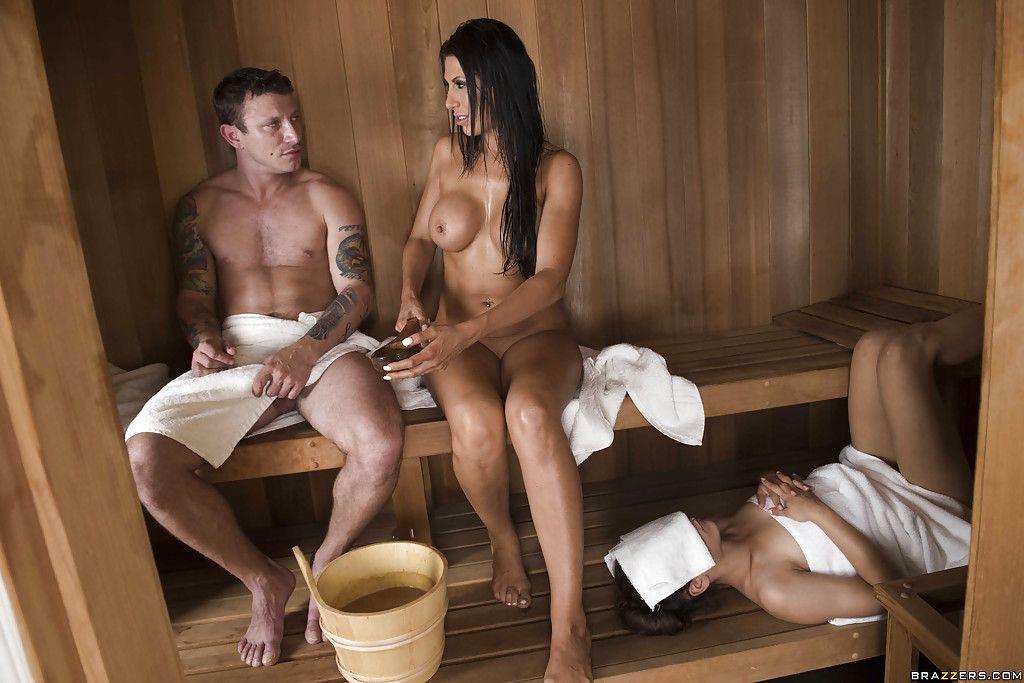 Горничная соблазняет в бане