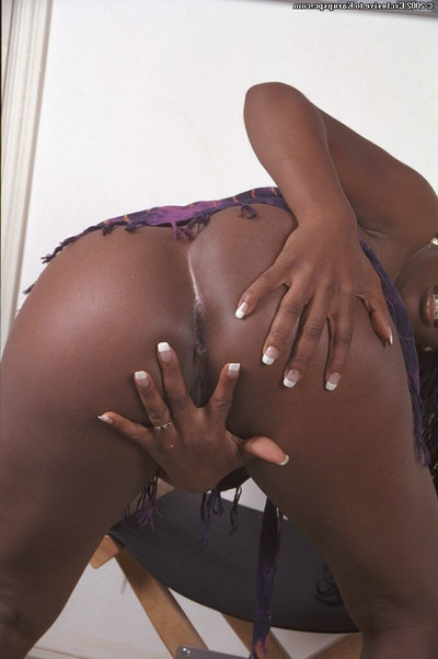 Amateur swarthy Neferitti is demonstrating her alluring black booty