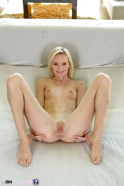 Skinny blonde Sammie Daniels is amplifying her fabulous pussy