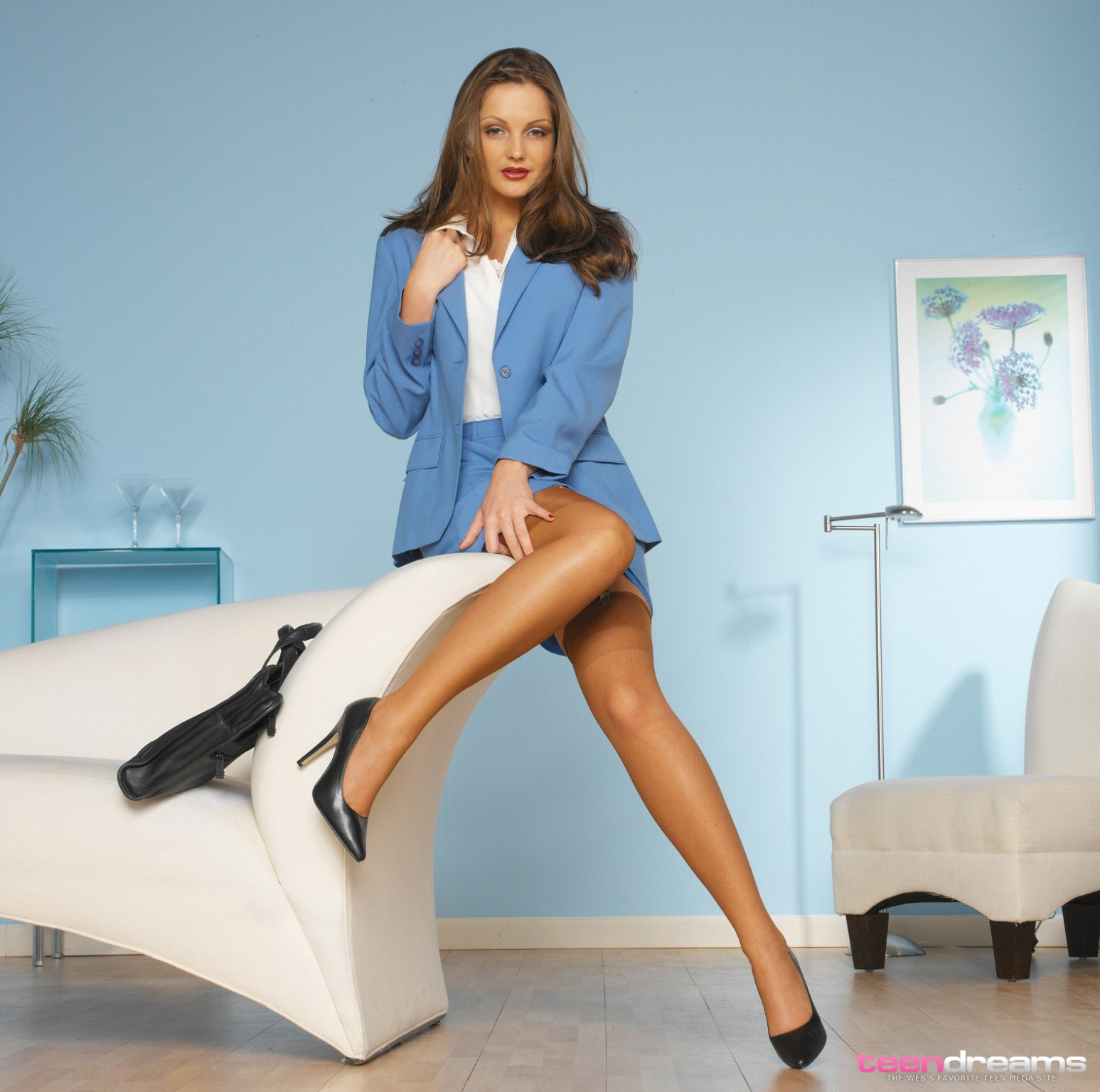 Young secretary peels off catheter to engulf her toes