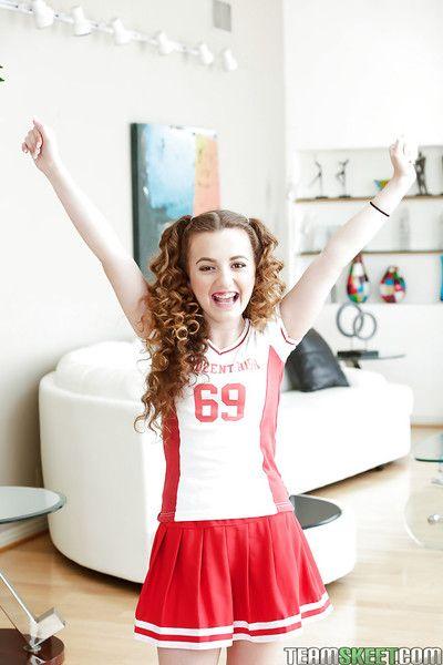 Apenas legal adolescente Marissa Mae posando en Lindo Animadora uniforme