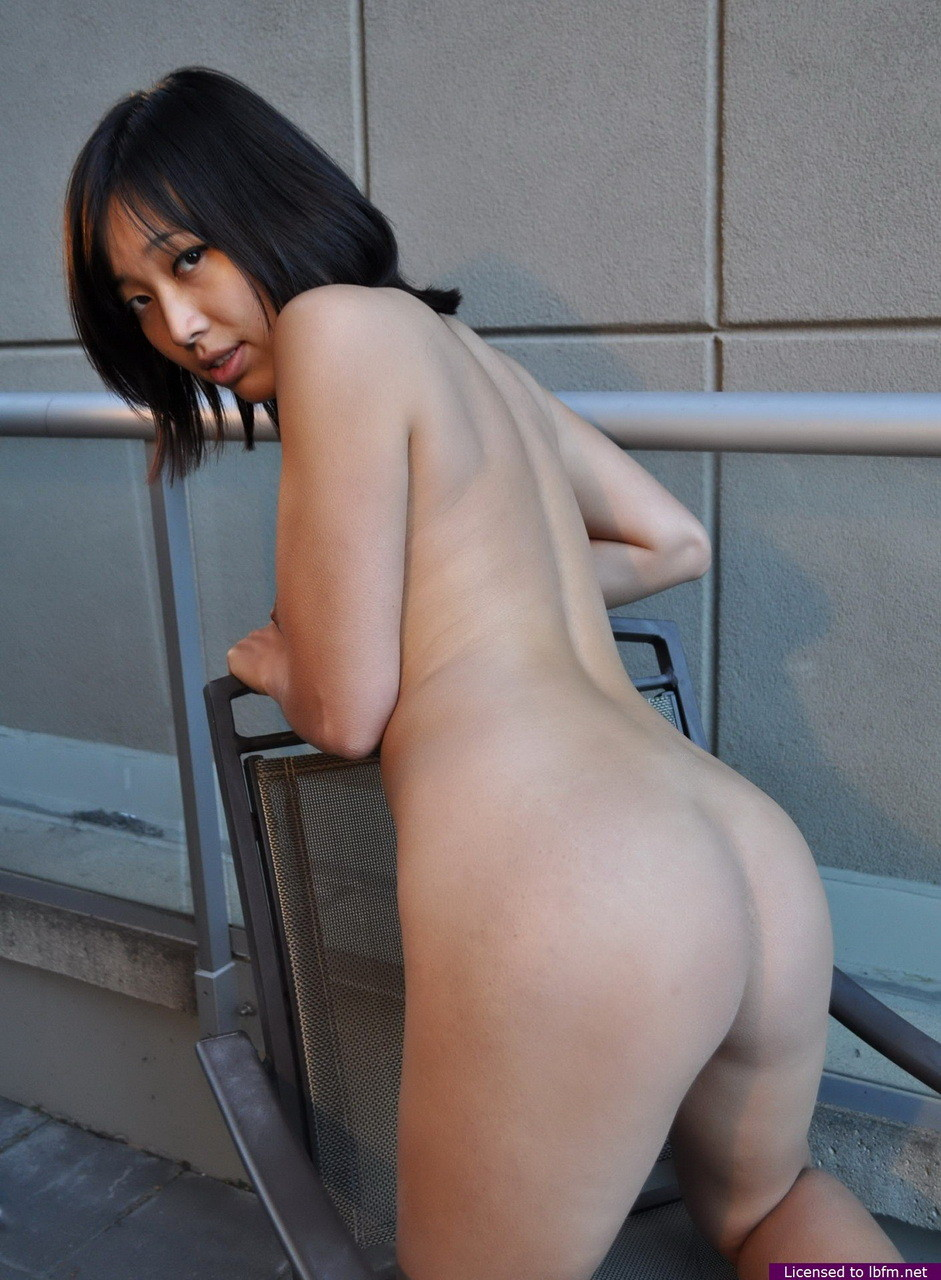 Amateur Japanese is showing off her stunning body outdoors